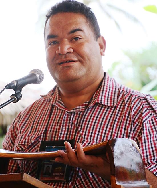 'Mot'i Taumoepeau presents a Tongan pillow to Carolyn Hannemann - photo courtesy of Mike Foley