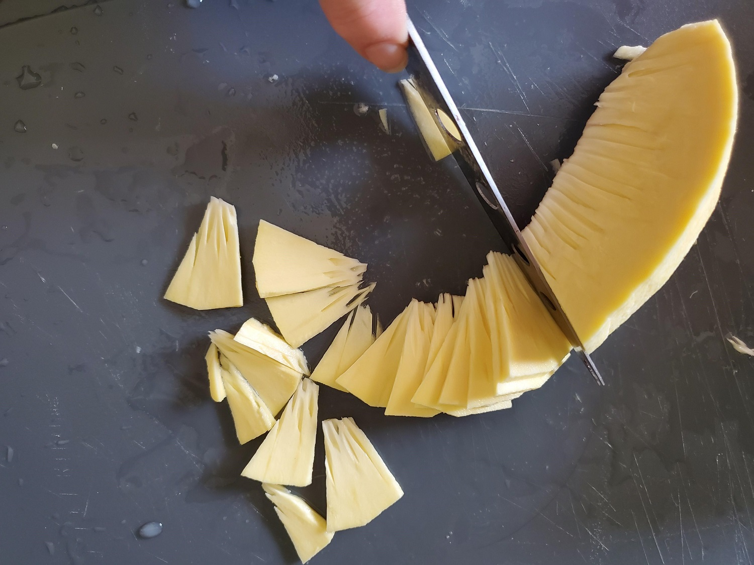 photo of ulu sliced and peel being sliced into thin 'chips'
