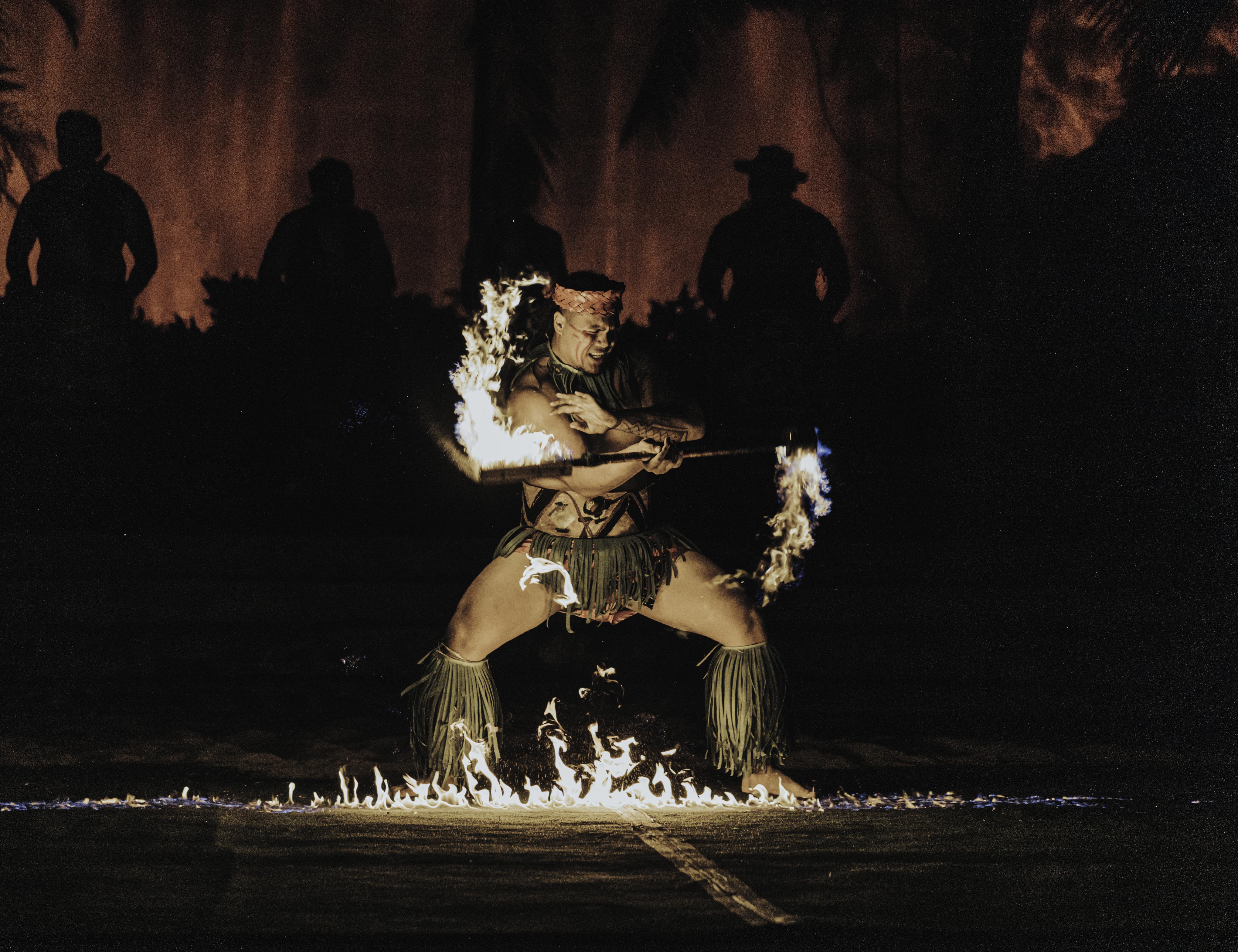 Hale Motu'apuaka performing a Fireknife Dance